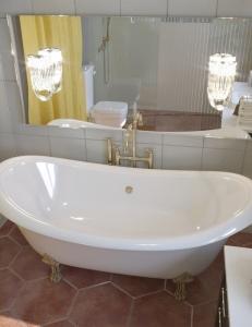 AquaStone Лиона 190 – ванна из искусственного камня на ножках