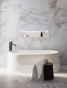 Salini CIRA – Монолитная отдельностоящая овальная ванна на подиуме