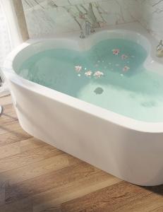 Salini IGINA – Угловая ванна, пристенная с монолитной фронтальной панелью